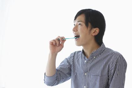 歯をブラッシングする若い男性